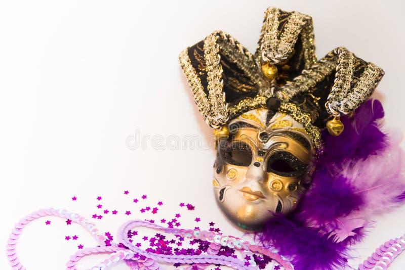 Maski i piórka Venice karnawał na białym tle obraz royalty free