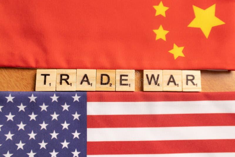 Maski, India 29, Mei 2019: De china-V.S. wisselen oorlogsconcept uit - vlag van China en de Verenigde Staten met houten bloklette stock foto's