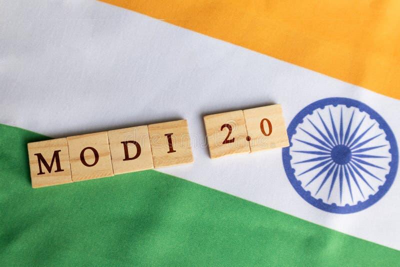 MAski, Indien - Juni, 09 2019: Modi 2 Blockschrift mit 0 Holzklötzen auf indischer Flagge lizenzfreies stockbild