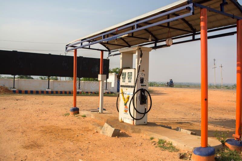 Maski, Karnataka, India - 10/23/2018: Het lege Indische Benzinestation van de oliebenzine in hete zonnige dag met zon bij achterg royalty-vrije stock afbeeldingen