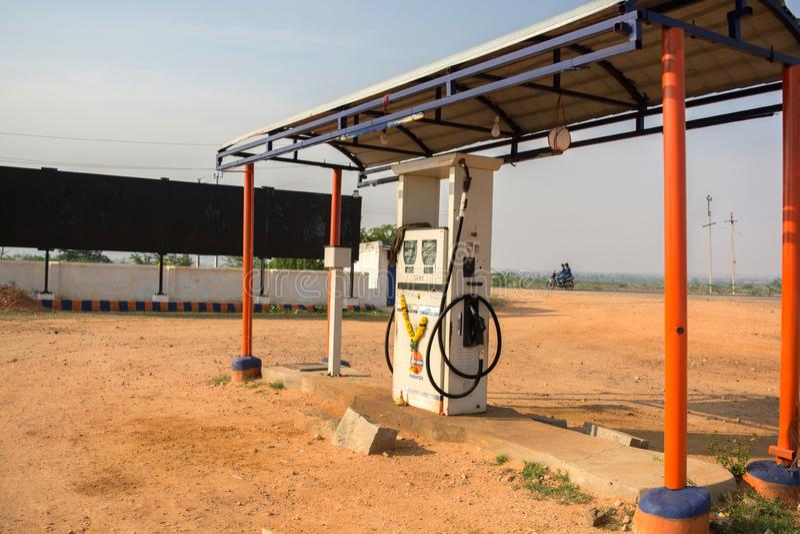Maski Karnataka, Indien - 10/23/2018: Tom indisk oljabensinbensinstation i varm solig dag med solen på bakgrunden royaltyfria bilder