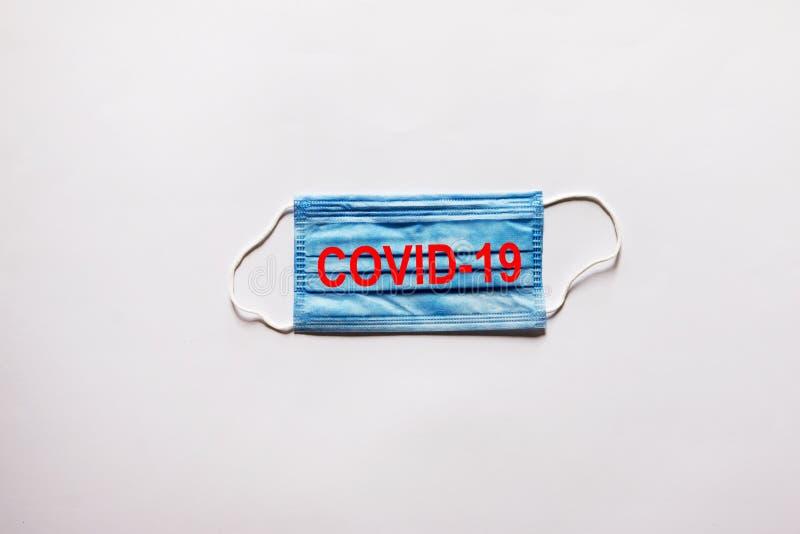 Maski twarzy ze słowami - Covid-19 obrazy stock