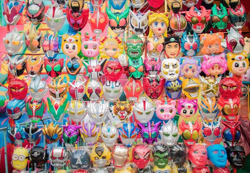 Maski wieszają w budka przy Amarin świątynnym festiwalem w Bangkok obrazy stock
