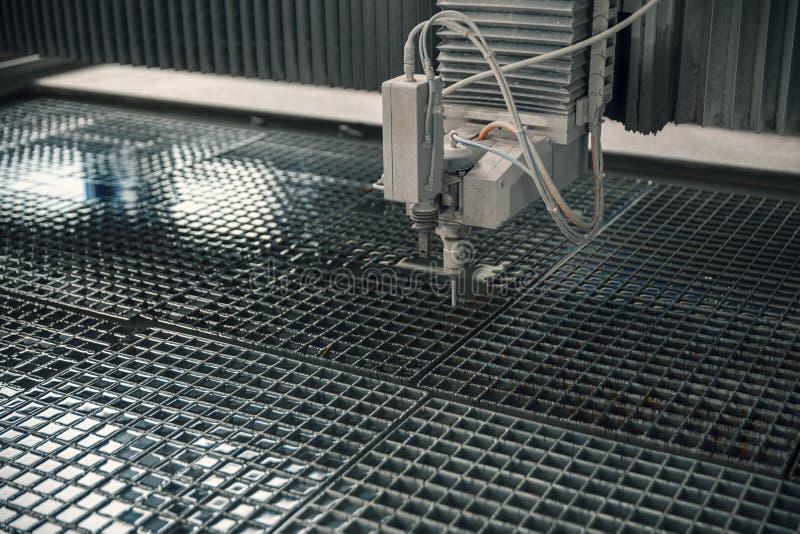 Maskin för att klippa waterjet metall royaltyfria foton