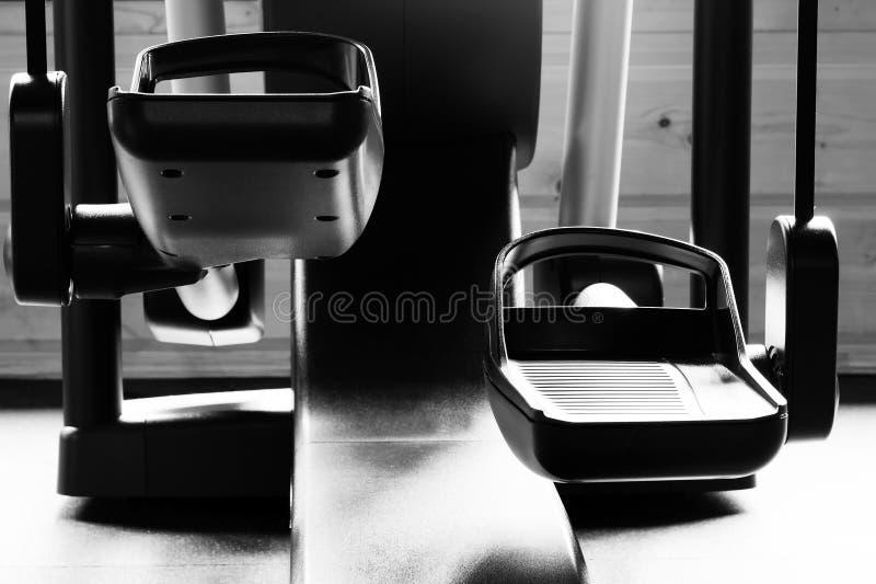 Maskin för benmuskelutbildning - ellips, närbild, svartvitt foto royaltyfria foton