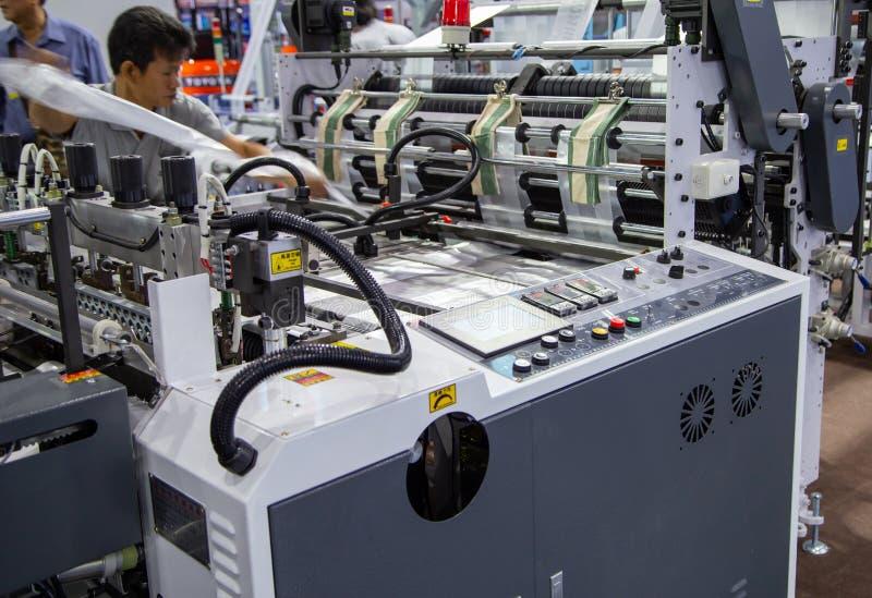 Maskin för extruder för arbetarreparationsplastpåse royaltyfria foton