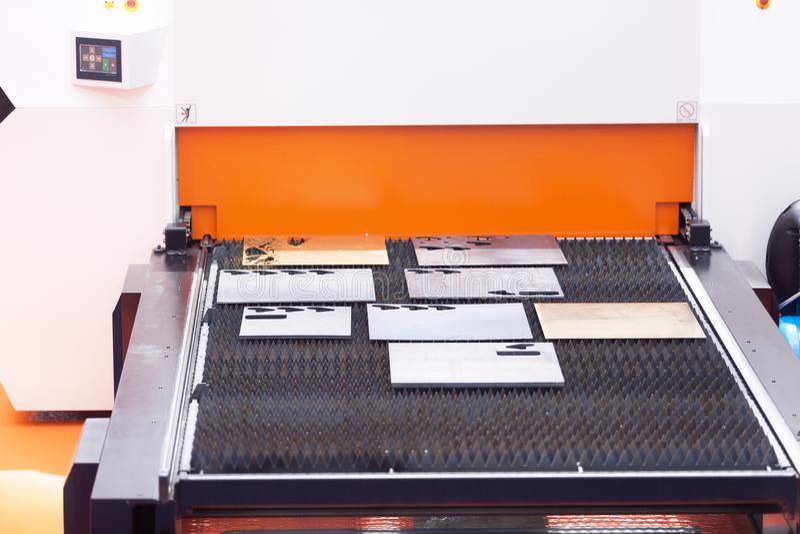 Maskin för fiberlaser-klipp för metallark royaltyfri bild