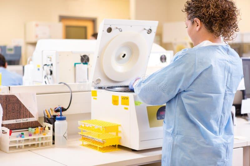 Maskin för forskareUsing PCR i laboratorium royaltyfria bilder