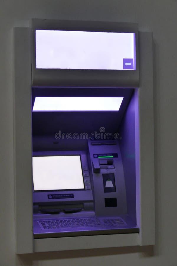 Maskin för gataATM-kassör med den tomma skärmen arkivbilder