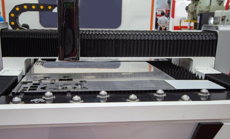 Maskin för klipp för CNC-fiberlaser arkivbild