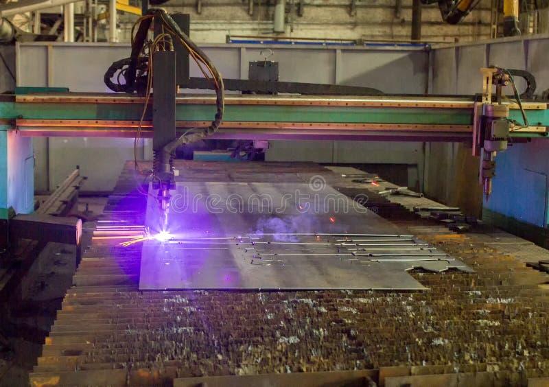 Maskin för modernt automatiskt plasmalaser-klipp av metaller, plasmaklipp med laser och laser som tillverkar royaltyfria foton