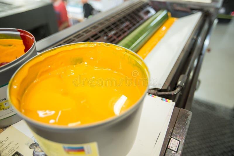 Maskin för offset- printing (gult färgpulver) royaltyfri bild