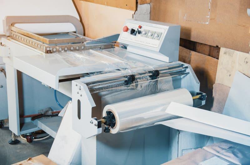 Maskin för packande produkter med den plast- sjalen arkivfoto
