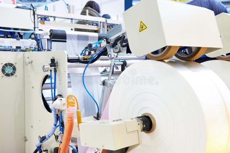 Maskin för produktion av plastpåsar royaltyfri fotografi