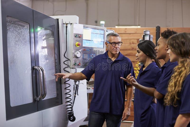 Maskin för teknikerTraining Apprentices On CNC fotografering för bildbyråer