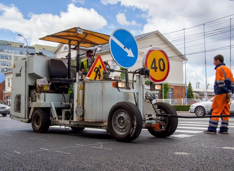 Maskin för vägmarkering på stadsgator arkivfoto