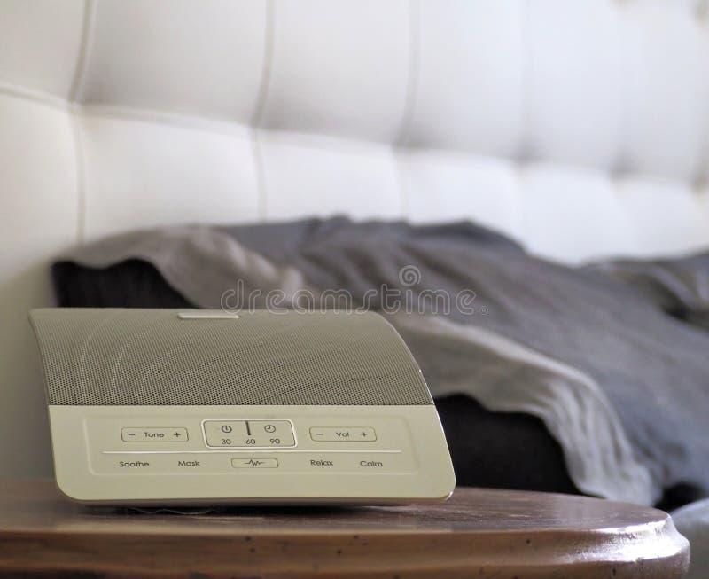 Maskin för vitt oväsen, apparat som producerar slumpmässiga ljud som används för sömnhjälpmedel royaltyfri bild
