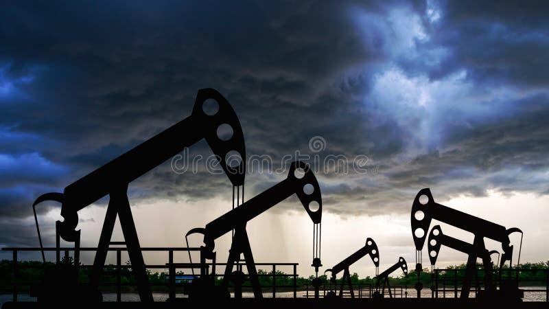 Maskin f?r energi f?r oljeplattform f?r oljapump industriell f?r oljor i solnedg?ngen arkivbild