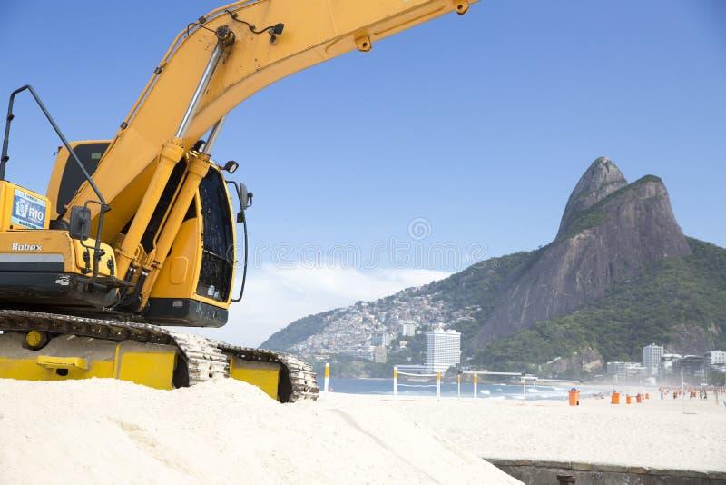 Maskin som arbetar i den Ipanema stranden Rio de Janeriro arkivfoton