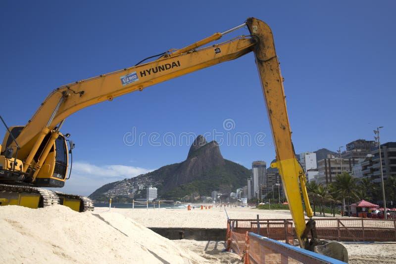 Maskin som arbetar i den Ipanema stranden Rio de Janeriro royaltyfria foton