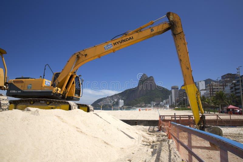 Maskin som arbetar i den Ipanema stranden Rio de Janeriro arkivbilder