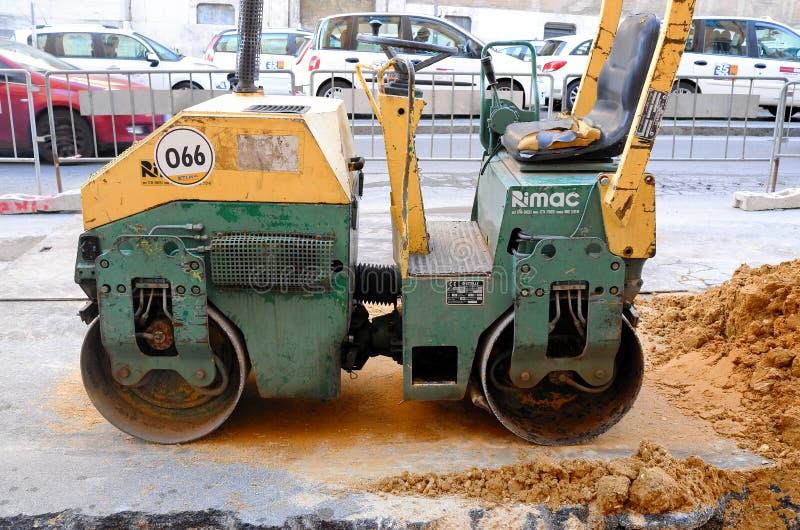Maskinarbete av asfaltvägkonstruktion royaltyfri foto
