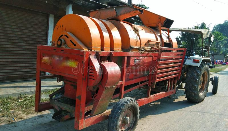 Maskinen för paddytröskning hjälper jordbrukare att tröskna Paddy arkivfoto