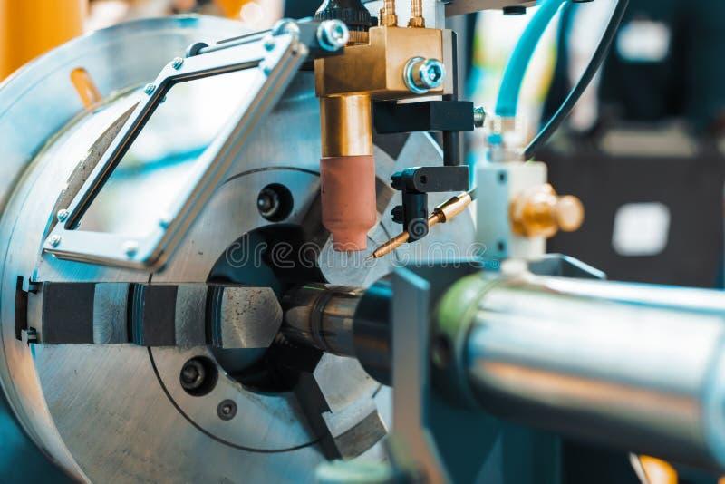 Maskinen för svetsande ytbehandla cylindriska delar arkivbild