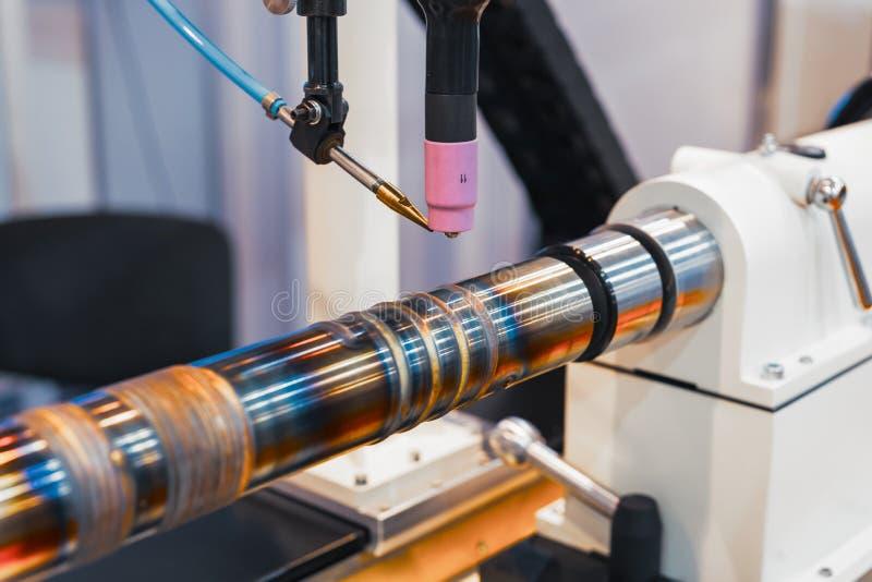 Maskinen för svetsande ytbehandla cylindriska delar royaltyfria bilder