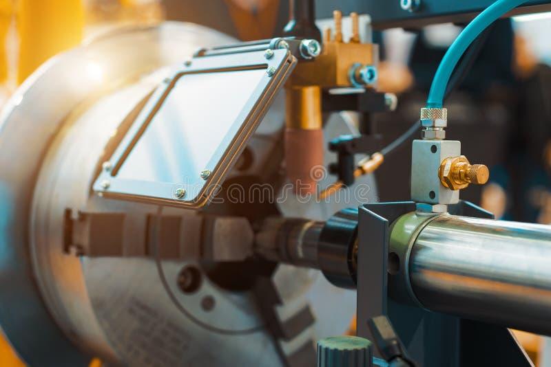Maskinen för svetsande ytbehandla cylindriska delar royaltyfri fotografi