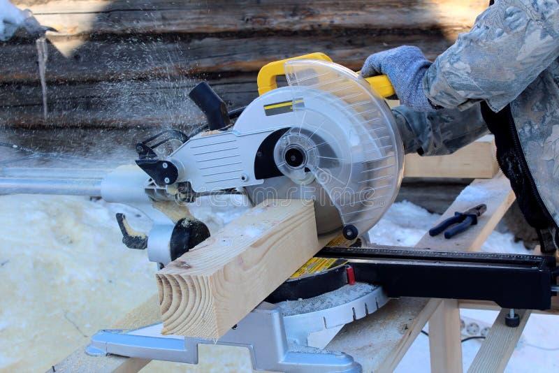 Maskinen sågar trä arkivfoton