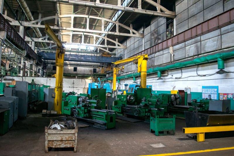 Maskinen shoppar av metallurgical arbeten hyr rum inomhus Bearbeta med maskin av metall, genom att klippa på en vända och malning royaltyfri foto