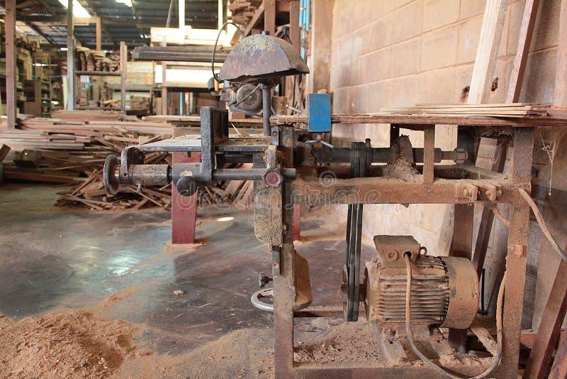 Maskinen som ska användas på trä, maler den fabriks- fabriken arkivfoto