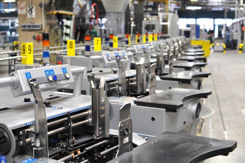 Maskiner av en stor printingväxt - printing av dagstidningen arkivfoto