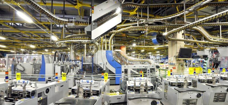 Maskiner av en stor printingväxt - printing av dagstidningen royaltyfri bild