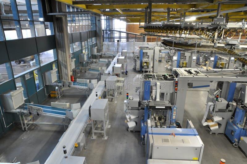 Maskiner av en stor printingväxt - printing av dagstidningen arkivbilder