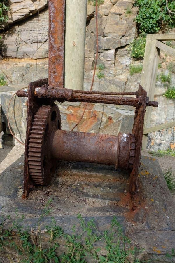 Maskineri av en gammal manuell kran rostade redan, och i obruklighet som är van vid hissa fartygen t royaltyfri bild