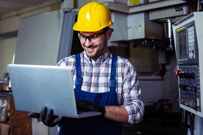 Maskineri f?r teknikerOperating CNC i fabrik royaltyfria foton
