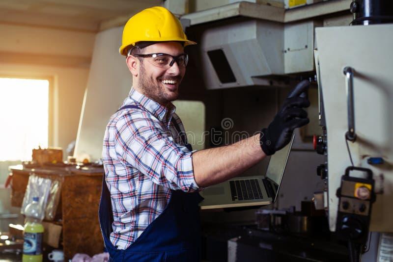 Maskineri f?r teknikerOperating CNC i fabrik fotografering för bildbyråer