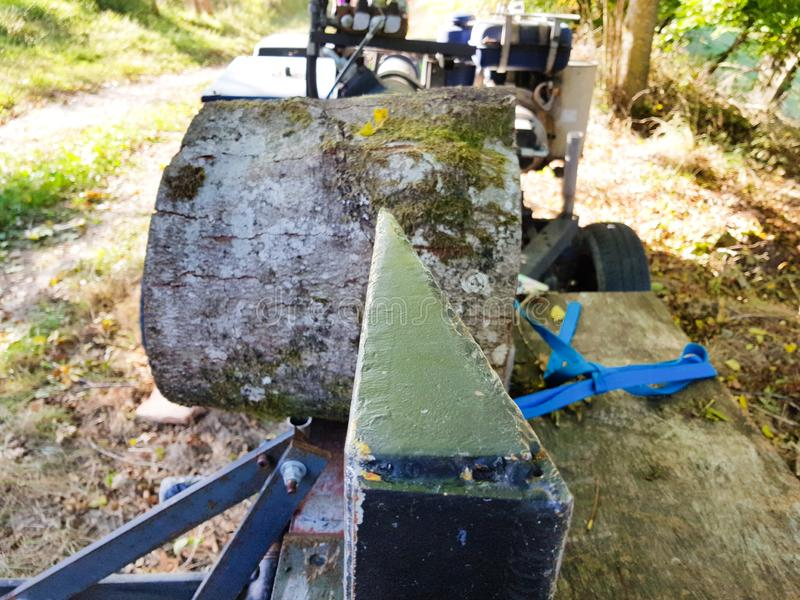 Maskineri som klipper journaler och som gör vedträ med det hydrauliska systemet royaltyfri bild