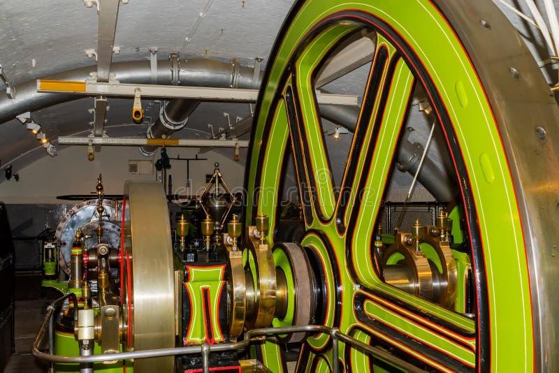 Maskinerna som flyttar tornbron arkivfoton