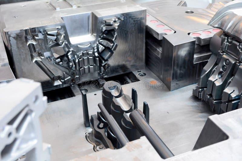 Maskinhjälpmedel i fabriken royaltyfria foton