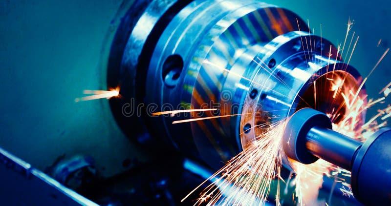 Maskinhjälpmedel i metallfabrik med att borra cnc-maskiner arkivbild