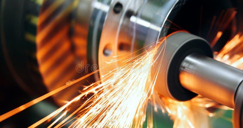 Maskinhjälpmedel i metallfabrik med att borra cnc-maskiner arkivbilder