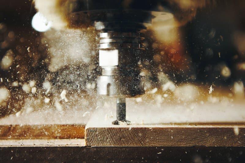 Maskinhjälpmedel i träfabrik med att borra cnc-maskiner Numerisk kontroll för dator arkivfoton