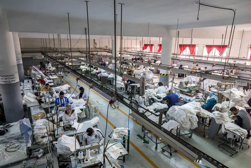 Maskinist för textilfabriksproduktion som arbetar i linje fotografering för bildbyråer
