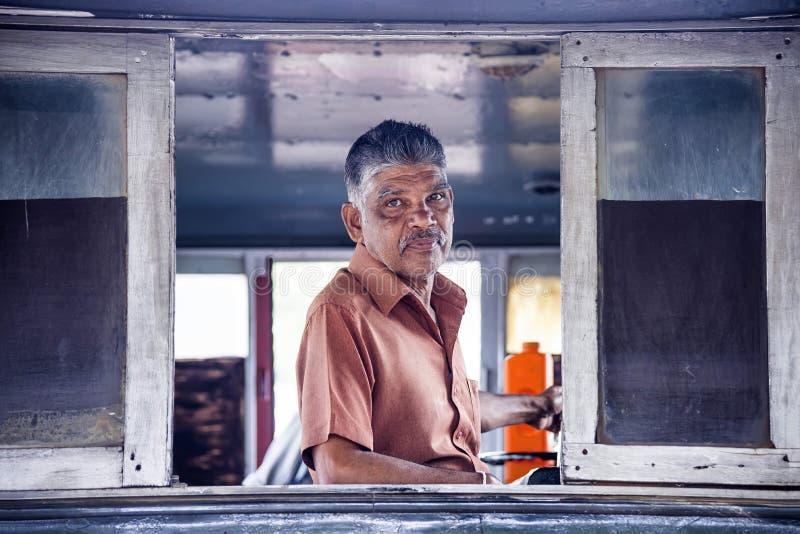 Maskinisten på stationen för drev för Kandy ` s, Sri Lanka royaltyfri bild