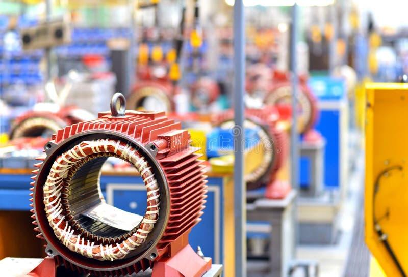 Maskinlära: closeup av elektriska motorer i produktion arkivfoton