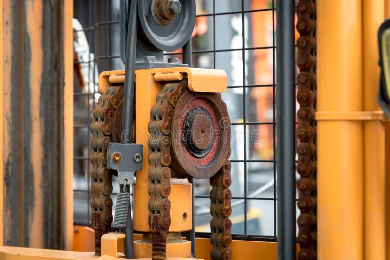 Maskinmotorkedja med kuggehjuldelen av gaffeltrucken royaltyfri fotografi