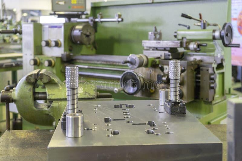 Maskinseminarium med drejbänkmaskinen och bänkskruvstädet arkivbilder